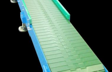 Trasportatore con tapparelle di plastica